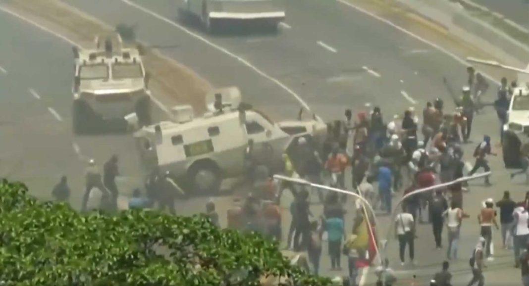 Τεθωρακισμένα του Μαδούρο τσαλαπάτησαν διαδηλωτές