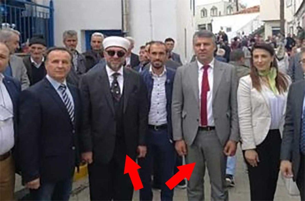 Ο Τοψίδης φωτογραφίζεται με τον ψευδομούφτη Αχμέτ Μέτε.