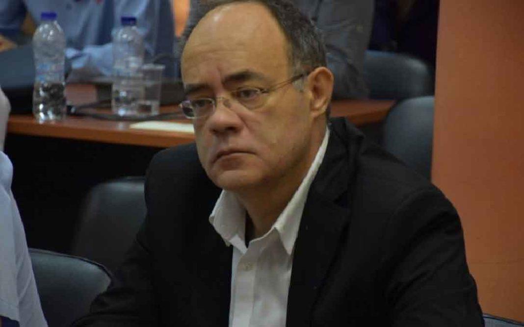 Παπάς πέταξε κέρματα σε βουλευτή του ΣΥΡΙΖΑ